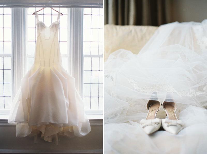 свадебное платье на вешалке фото