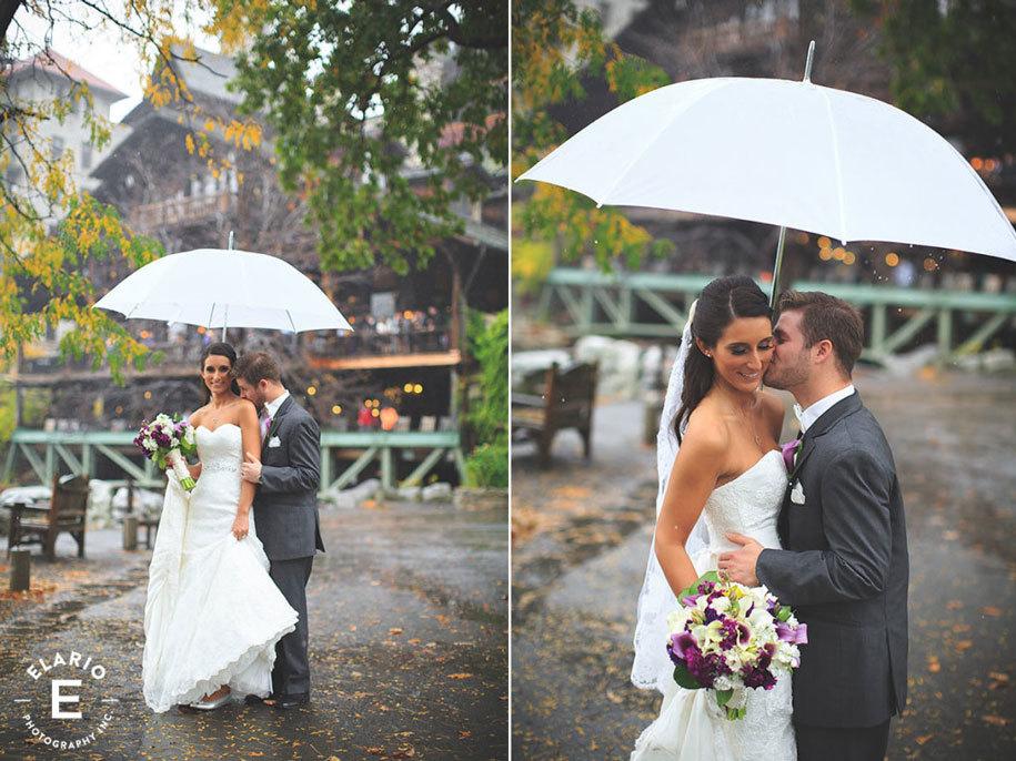 Невеста с женихом под дождем