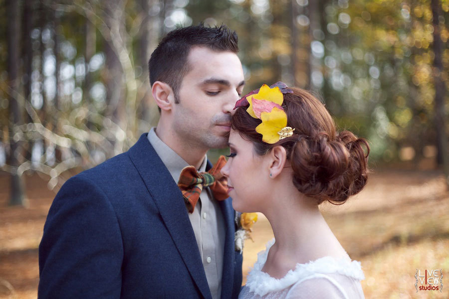 жених целует невесту в лоб