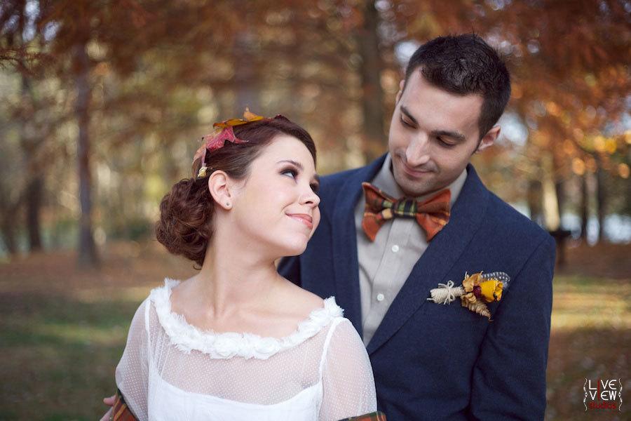 жених ласково глядит на невесту