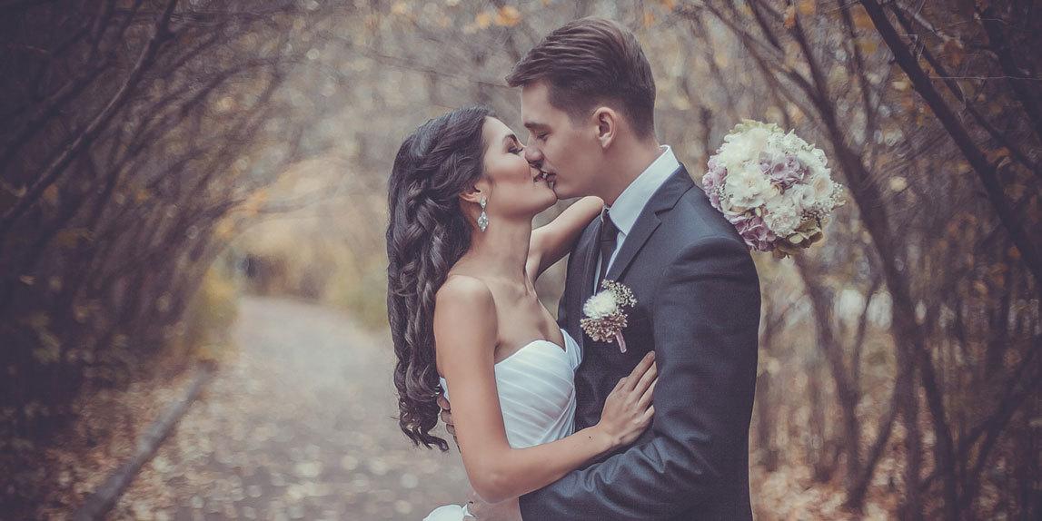 Свадебные фотосессии осенью. Красивые молодожены в парке