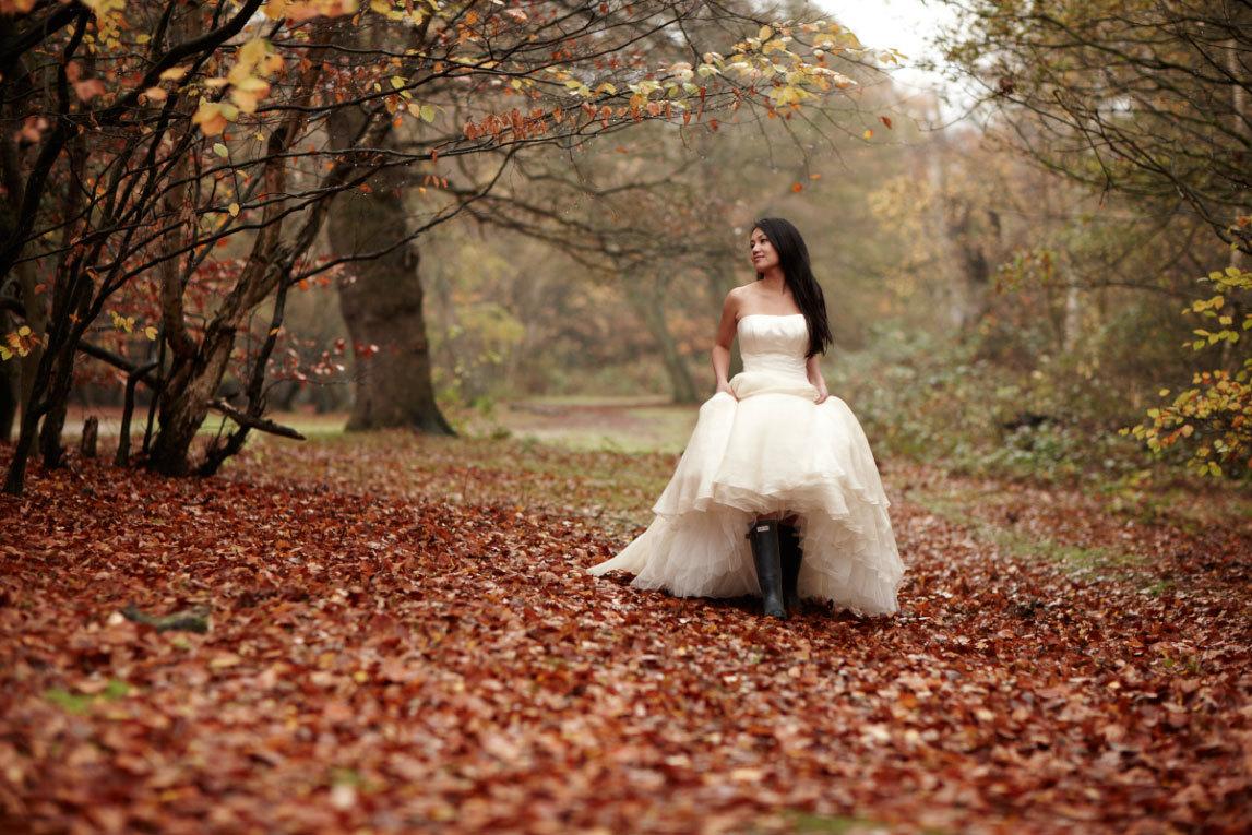 свадебное платье и резиновые сапоги