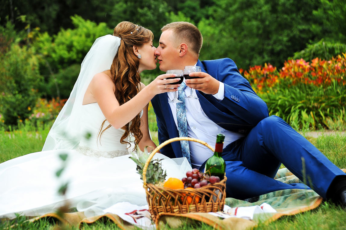 Прически для девочки на свадьбу фото