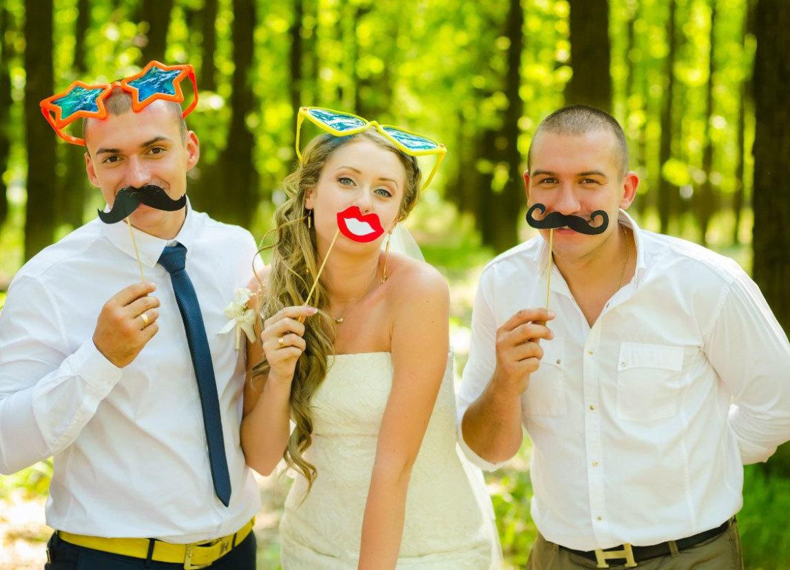 усы на палочке свадьба фото