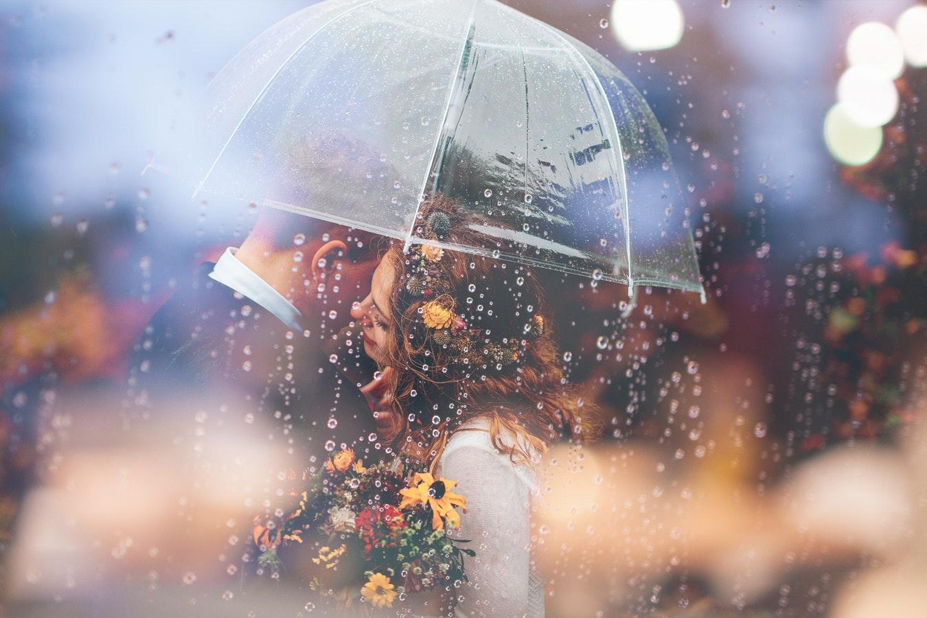 свадебная фотография под дождем